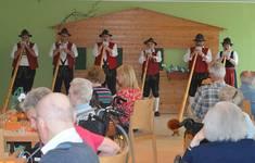 Die Lindenberger Alphornbläser bei ihrem Konzert im Senioren- und Pflegeheim Buchloe