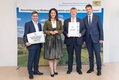 Bei der Auszeichnung als Staatlich anerkannte Öko-Modellregion durch das Bayerische Staatsministerium für Ernährung, Landwirtschaft und Forsten (StMELF) in München (v. l.): Peter Däubler, Wirtschaftsreferent Ostallgäu, Staatsministerin Michaela Kani