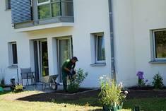 Geschmackvolle Beet-Inszenierung vor den Bewohnerzimmern im Rahmen des Gartenprojektes