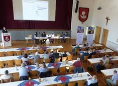 Dr. Hanspeter Buba präsentiert den Bürger*innen in Seeg erste Ergebnisse der Pflegebedarfsermittlung