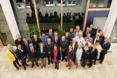 Gruppenbild der Geehrten mit Landrätin Maria Rita Zinnecker, Abgeordneten und Ortsbürgermeistern
