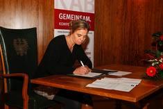 Bettina Aernecke, Einrichtungsleiterin am Senioren- und Pflegeheim Waal, bei der Unterzeichnung des Gründungsvertrags