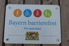 Dieses Schild erhalten Einrichtungen vom bayerischen Staatsministerium für Arbeit und Soziales für besonderes Engagement in der Barrierefreiheit. Das Landratsamt Ostallgäu hat als erstes in Bayern das Signet bekommen.