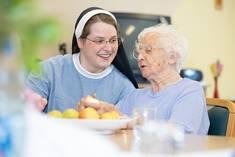 Die MAKS-Therapie-Gruppe steht unter Leitung von Schwester Johanna, Leiterin der sozialen Betreuung.