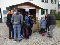 Trotz Regenwetter war der Infostand des Landschaftspflegeverbandes am Tag der Regionen in Pfronten gut besucht. Foto: Landschaftspflegeverband Ostallgäu
